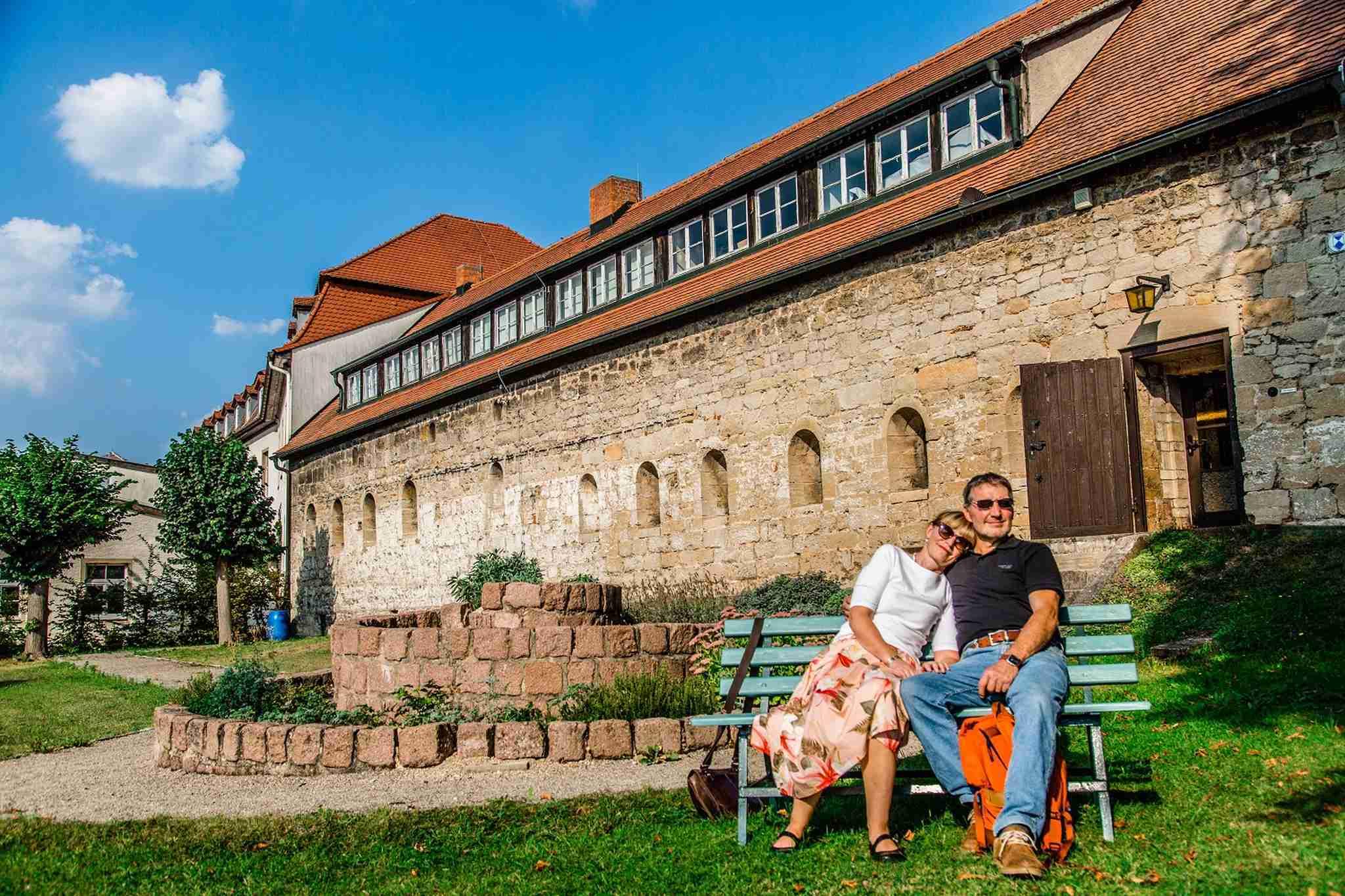 Paar vor romantisches Haus Bad Koesen